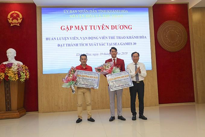 Đồng chí Nguyễn Đắc Tài trao phần thưởng cho HLV, VĐV đạt thành tích xuất sắc tại SEA Games.