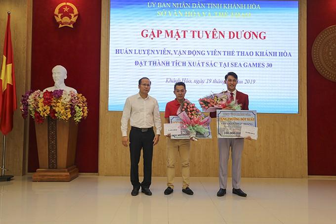 Ông Nguyễn Khắc Hà, Giám đốc Sở Văn hóa và Thể thao tặng thưởng cho các HLV, VĐV.