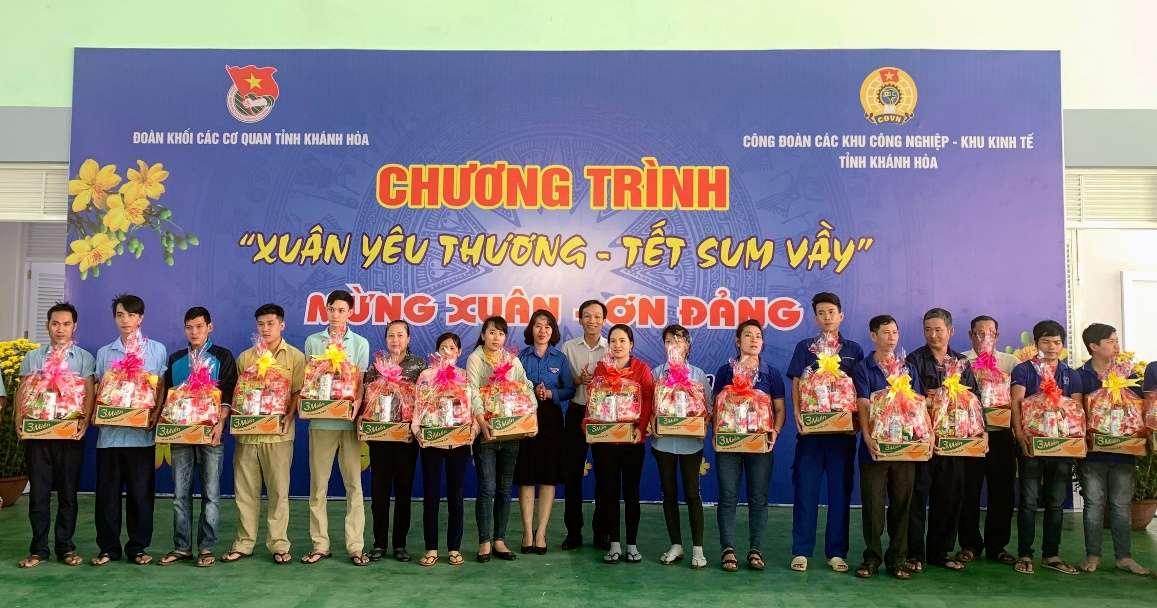 Các đồng chí lãnh đạo trao quà cho các gia đình thanh niên công nhân tại Khu công nghiệp Suối Dầu, huyện Cam Lâm