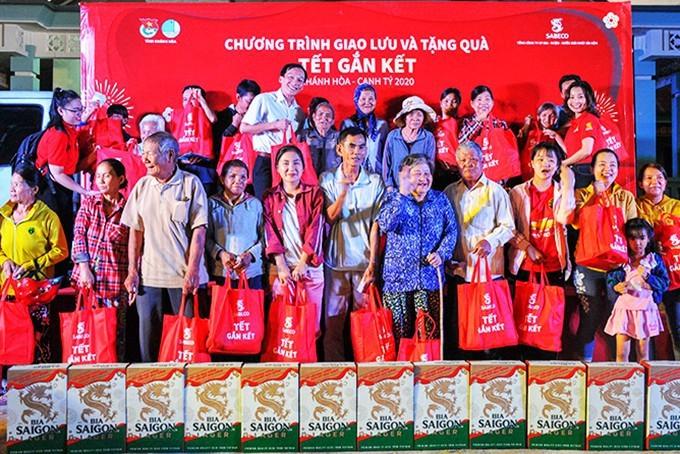 Trao quà tết cho bà con nhân dân tại huyện Khánh Vĩnh