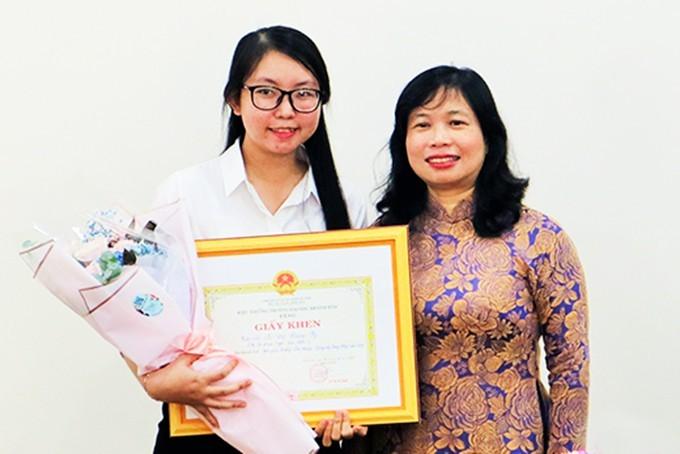 PGS.TS Lê Thị Phương Ngọc - Phó Hiệu trưởng Trường Đại học Khánh Hòa trao giấy khen của trường cho em Lê Thị Hoàng Vy.