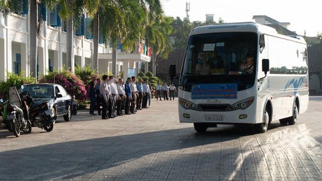 Các thầy cô giáo trường Đại học Nha Trang cùng các nhà tài trợ tiễn các bạn sinh viên về quê ăn Tết