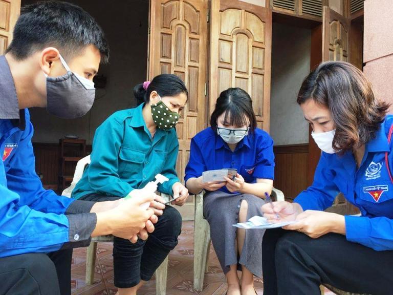 ĐVTN huyện Tân Kỳ, tỉnh Nghệ An gõ cửa từng nhà tuyên truyền, hướng dẫn hỗ trợ người dân khai báo y tế