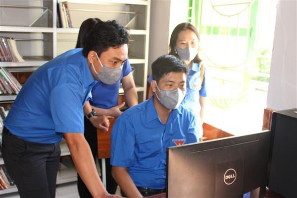 """Chuyển giao công trình thanh niên """"Ứng dụng công nghệ Thông tin trong hoạt động quản lý tài liệu tại Thư viện Làng trẻ SOS Nha Trang"""" và trao tặng dụng cụ TDTT tại Làng trẻ SOS Nha Trang"""