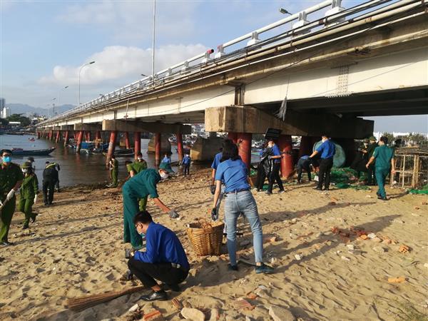 Ra quân dọn vệ sinh bờ biển tại Khu vực Bờ kè đến Tháp Bà Ponagar