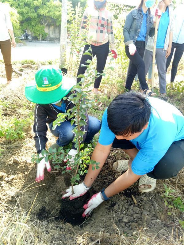 Thực hiện công trình thanh niên trồng cây xanh tại cơ quan, đơn vị