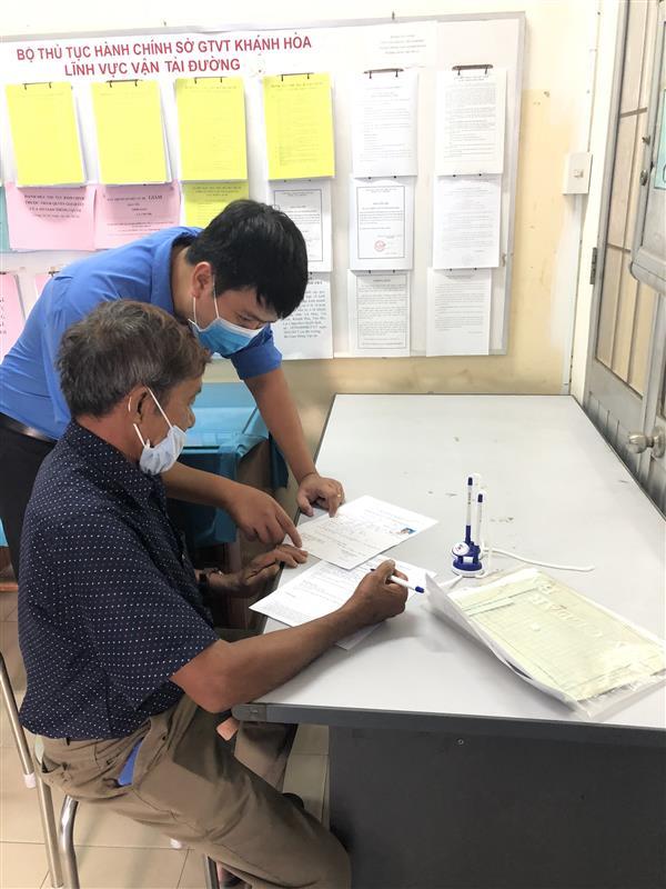 ĐVTN Khối các cơ quan tỉnh tiến hành hỗ trợ giải quyết thủ tục hành chính cho nhân dân và doanh nghiệp theo cơ chế một cửa