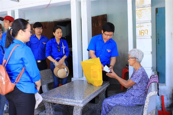 Thăm và tặng quà cho các hộ gia đình nghèo, neo đơn, người tàn tật có hoàn cảnh khó khăn tại xã Cam Hải Đông, huyện Cam Lâm