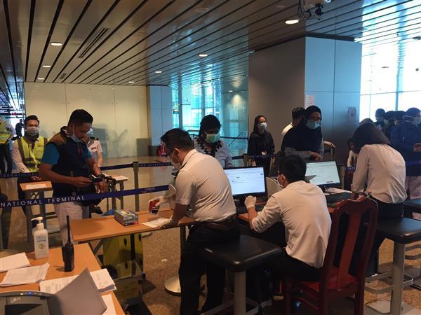 Thực hiện khai báo sức khỏe toàn dân trên ứng dụng NCOVI tại sân bay Cam Ranh
