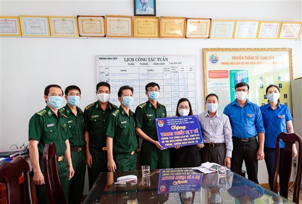 Trao tặng trang thiết bị y tế cho cán bộ, chiến sĩ Bộ đội Biên phòng tỉnh để thực hiện công tác cách ly, phòng chống dịch Covid-19