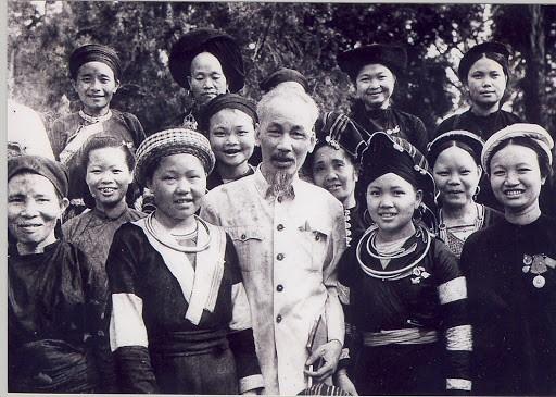 Bác Hồ với đồng bào dân tộc thiểu số.