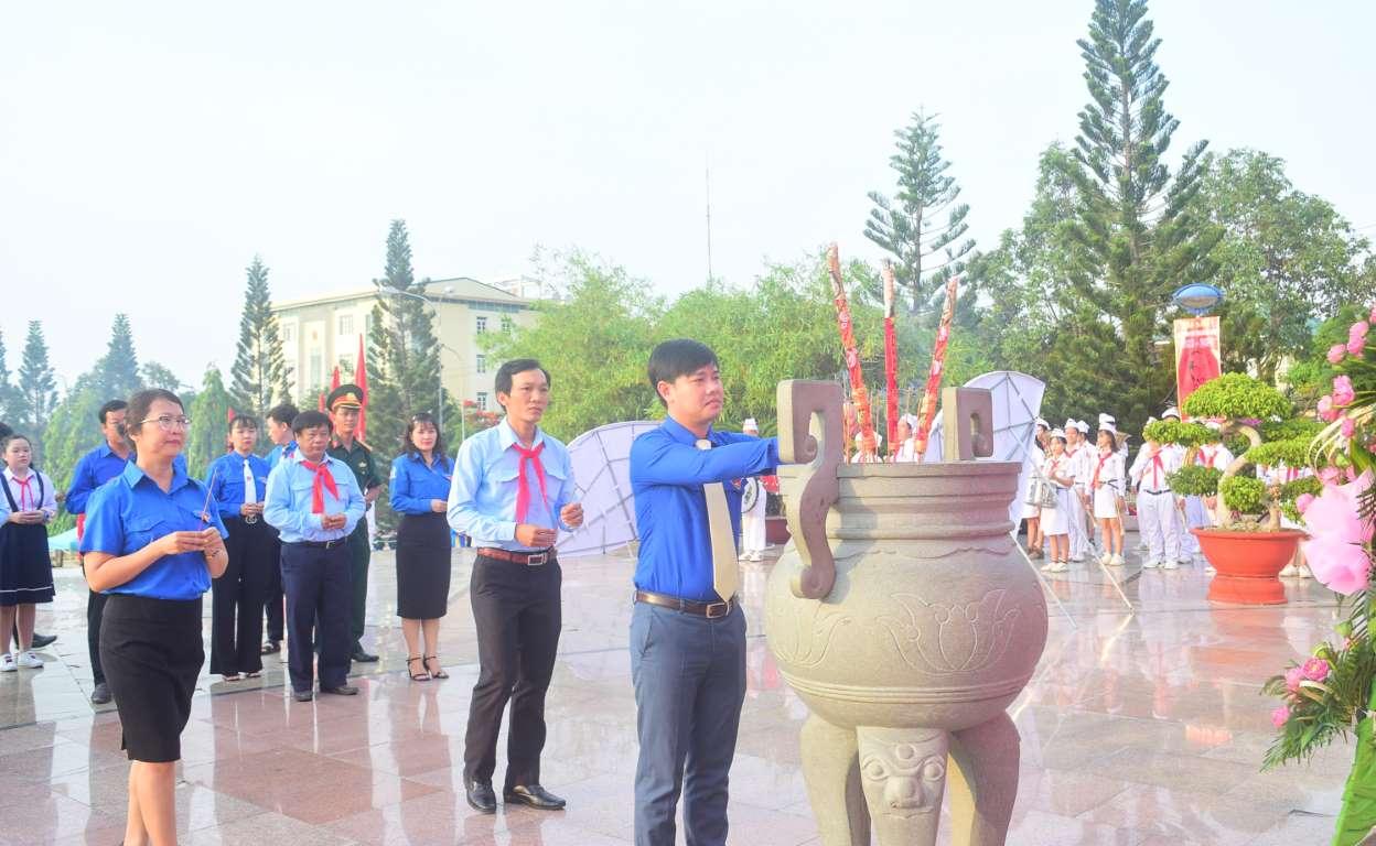 Đoàn Đại biểu Đoàn Thanh niên, Hội LHTN Việt Nam, Hội đồng Đội, Hội Sinh viên Việt Nam tỉnh dâng hương, dâng hoa lên Tượng đài Bác