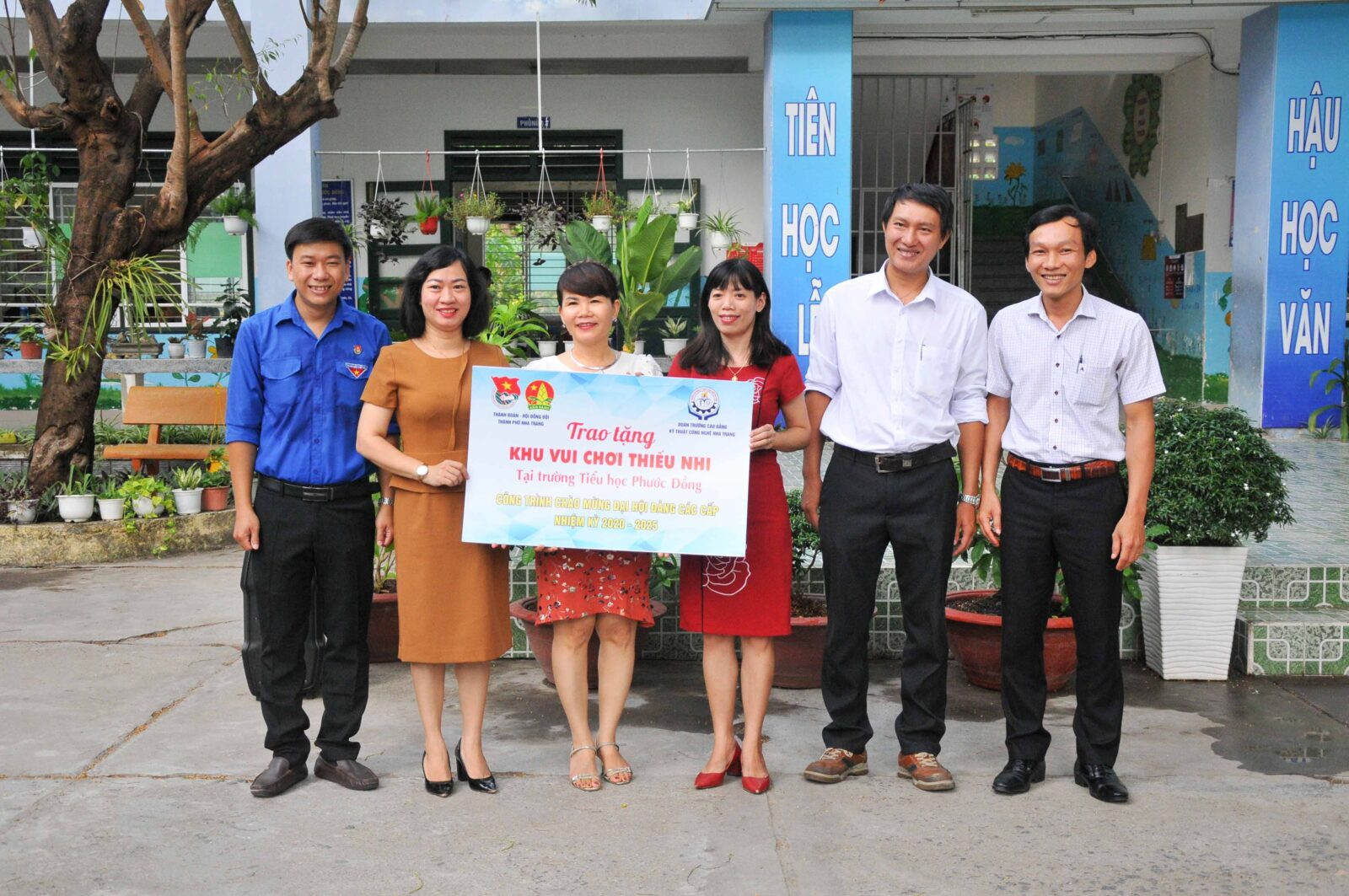 Trao biểu trưng công trình thanh niên cho Trường Tiểu học Phước Đồng