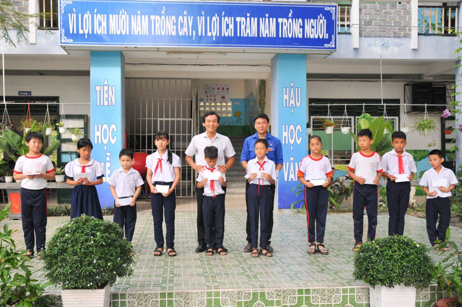 Lãnh đạo Tỉnh đoàn, Thành đoàn Nha Trang trao học bổng cho các học sinh có hoàn cảnh khó khăn