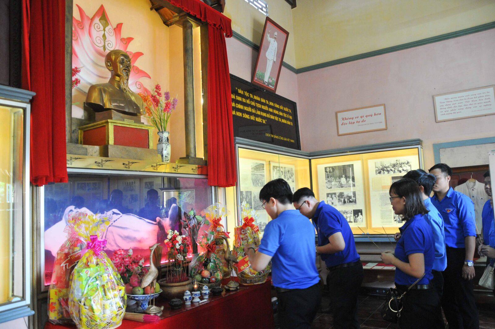Các đoàn viên, thanh niên dâng hương tại khu tưởng niệm Chủ tịch Hồ Chí Minh