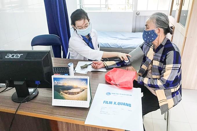 Bác sĩ Câu lạc bộ Thầy thuốc trẻ huyện Cam Lâm khám bệnh cho người dân tại Ngày hội thầy thuốc trẻ làm theo lời Bác.