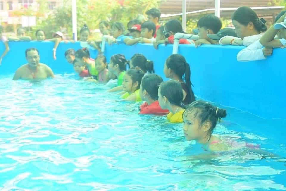 Tổ chức mở lớp dạy bơi miễn phí cho trẻ em tại xã Ninh Bình