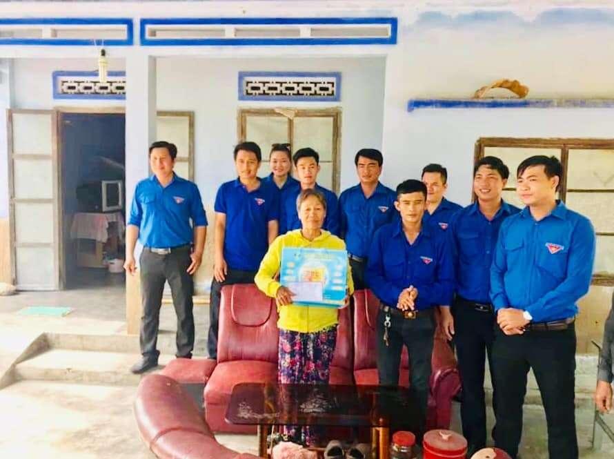 Tặng quà cho hộ gia đình chính sách tại xã Ninh Bình