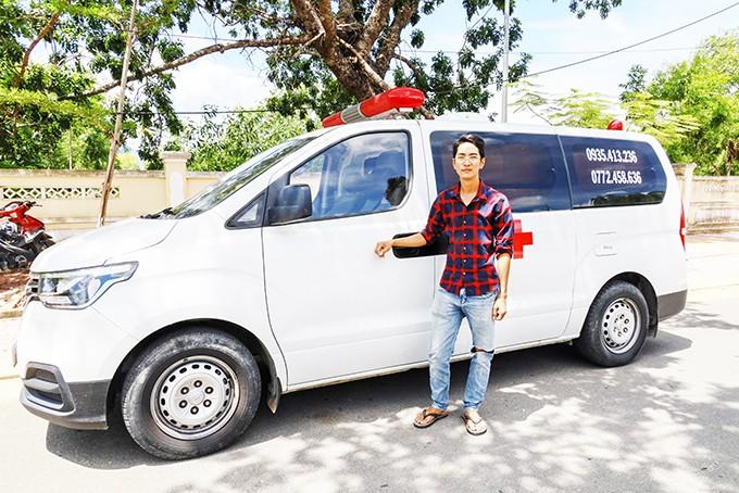 Đinh Nhật Minh và chiếc xe cứu thương của anh.