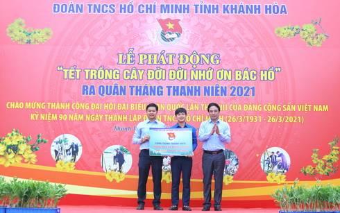 Ông Nguyễn Khắc Toàn trao tượng trưng công trình thanh niên