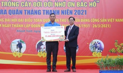 Ông Nguyễn Tấn Tuân trao biểu trưng nhà nhân ái cho thanh niên huyện Khánh Vĩnh