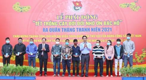 Ông Nguyễn Khắc Toàn, Nguyễn Tấn Tuân trao tặng quà cho thanh niên có hoàn cảnh khó khăn