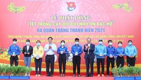 Ông Trần Ngọc Thanh và ông Hồ Văn Mừng trao quà cho thanh niên có hoàn cảnh khó khăn
