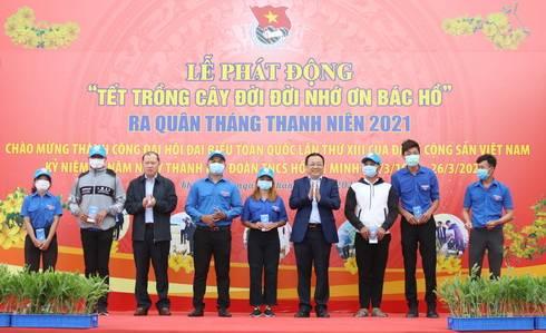 Ông Lê Hữu Hoàng, Nguyễn Anh Tuấn trao quà cho thanh niên có hoàn cảnh khó khăn
