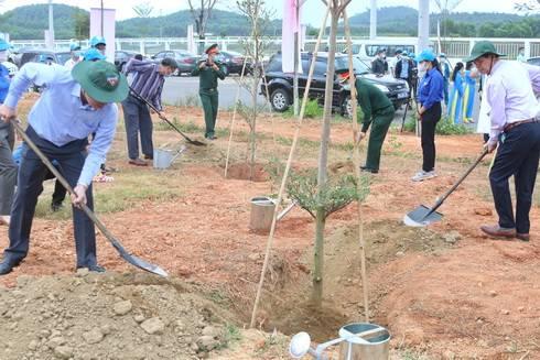 Ông Nguyễn Khắc Toàn, ông Nguyễn Tấn Tuân trồng cây tại khuôn viên Cụm Công nghiệp Sông Cầu