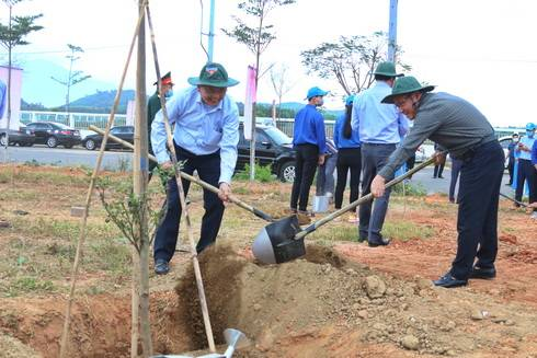 Ông Lê Hữu Hoàng trồng cây tại Cụm Công nghiệp Sông Cầu