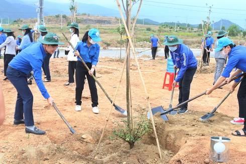 Đoàn viên hưởng ứng Tết trồng cây đời đời nhớ ơn Bác Hồ