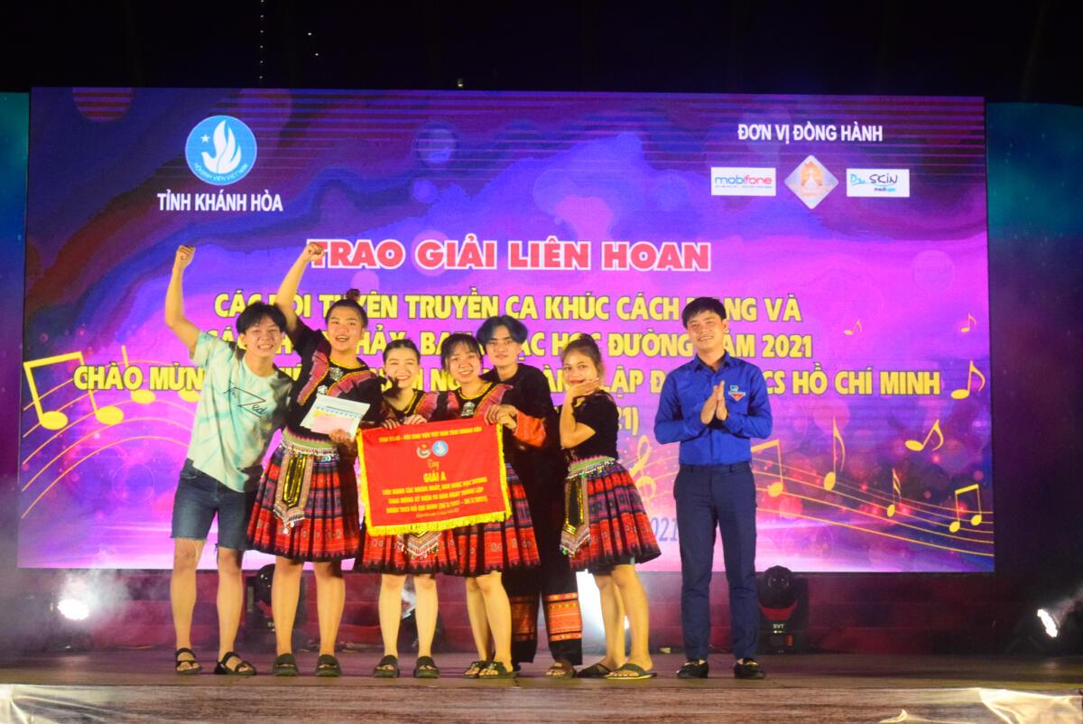 Đồng chí Bùi Hoài Nam - Ủy viên Ban Thường vụ Trung ương Đoàn, Tỉnh ủy viên, Bí thư Tỉnh đoàn, Chủ tịch Hội LHTN Việt Nam tỉnh trao giải A cho nhóm nhảy đạt giải.