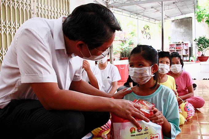 Ông Nguyễn Hải Ninh hỏi thăm các em nhỏ nhân dịp Tết Trung thu.