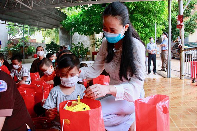 Lãnh đạo Hội LHPN tỉnh trao quà Trung thu cho một em ở Mái ấm Đại An.