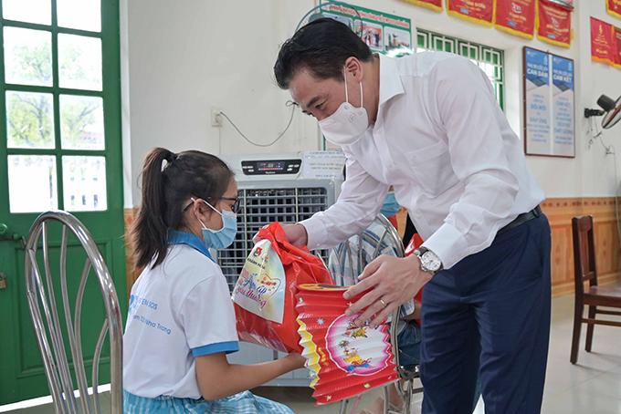 Ông Nguyễn Khắc Toàn trao quà cho thiếu nhi Làng Trẻ em SOS Nha Trang