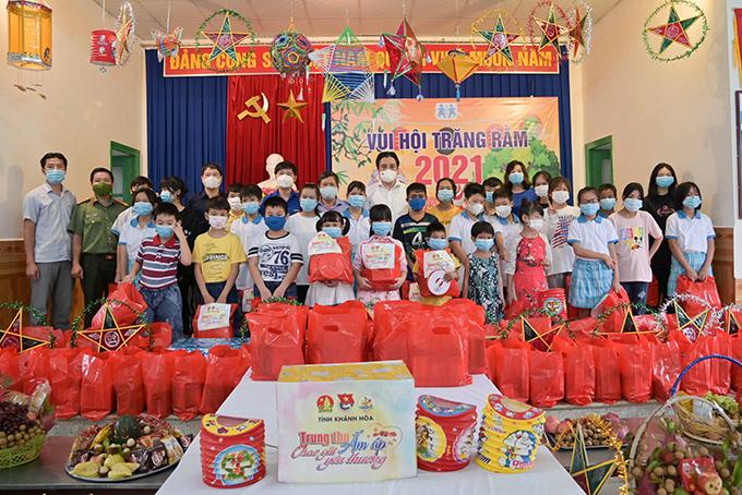 Lãnh đạo tỉnh trao quà và chụp hình lưu niệm cùng các thiếu nhi Làng Trẻ em SOS Nha Trang