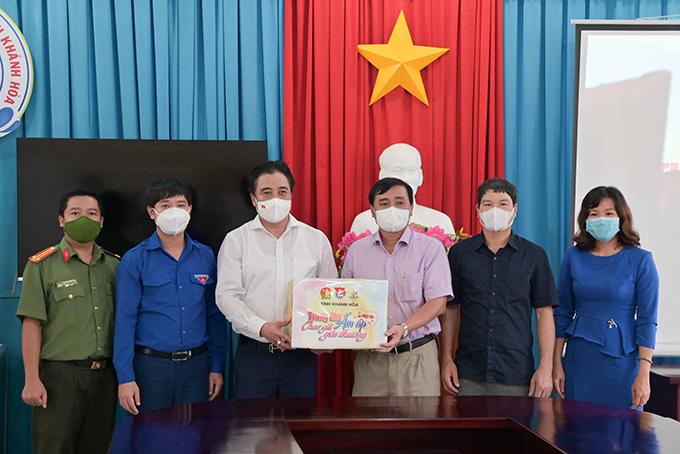 Ông Nguyễn Khắc Toàn trao biểu trưng các phần quà cho lãnh đạo Trung tâm Bảo trợ xã hội tỉnh để trao cho các thiếu nhi